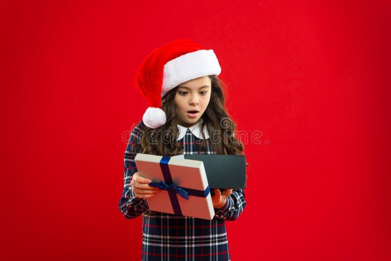 wow Criança da menina no chapéu vermelho de Santa Compra do Natal, idéia para seu projeto Feriados de inverno felizes Menina surp fotografia de stock royalty free