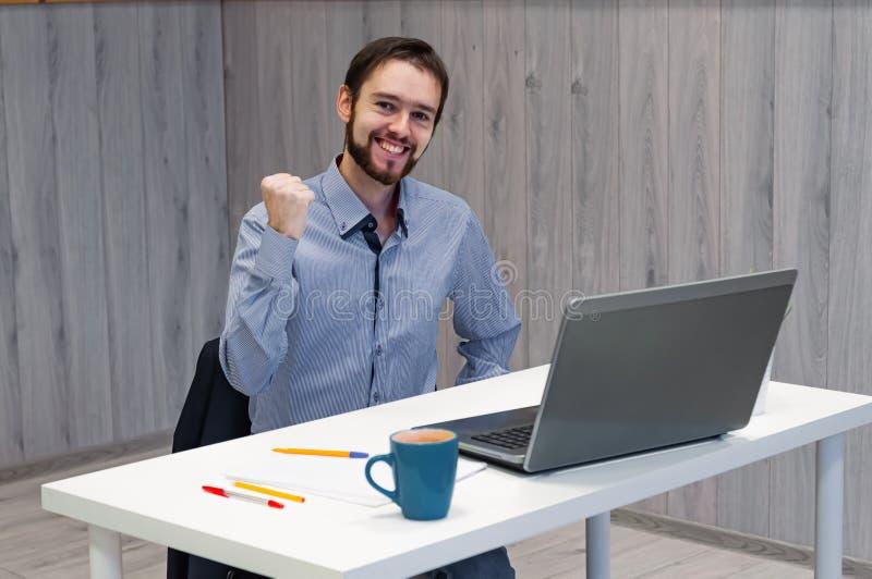 Wow, das ist ein Riesengewinn Junge Geschäftsleute, die sich im Büro aufhalten, Laptop-Display anschauen und lächelnd, Clench-Fäu stockbilder