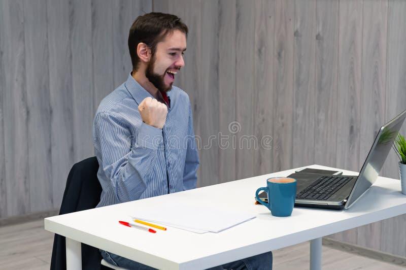 Wow, das ist ein Riesengewinn Junge Geschäftsleute, die sich im Büro aufhalten, Laptop-Display anschauen und lächelnd, Clench-Fäu stockfoto