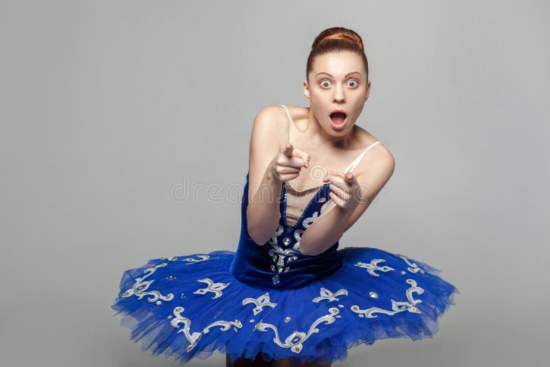 Wow, dass sind Sie? Porträt der schönen Ballerinafrau im Blau stockfoto