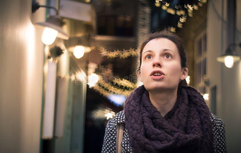 Wow! Frau überrascht durch Weihnachtsdekorationen stockfoto