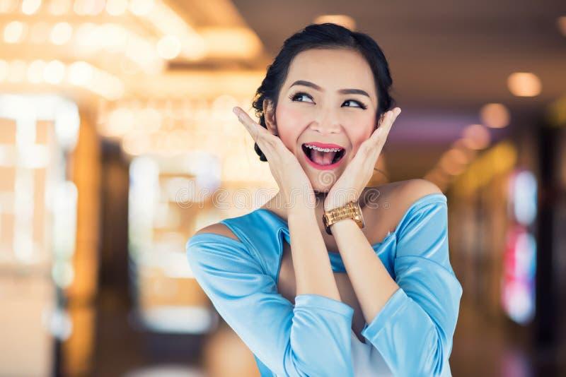 wow Gesicht der aufgeregten Frau am Diskonter lizenzfreie stockbilder