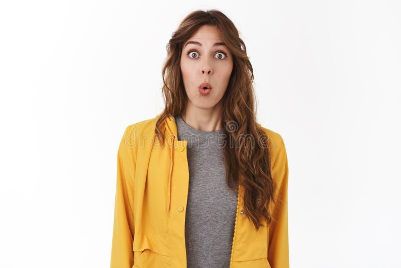 Wow incrível Os bordos caucasianos bonitos fascinados sem-palavras impressos da dobradura do estudante fêmea surpreenderam os olh fotos de stock