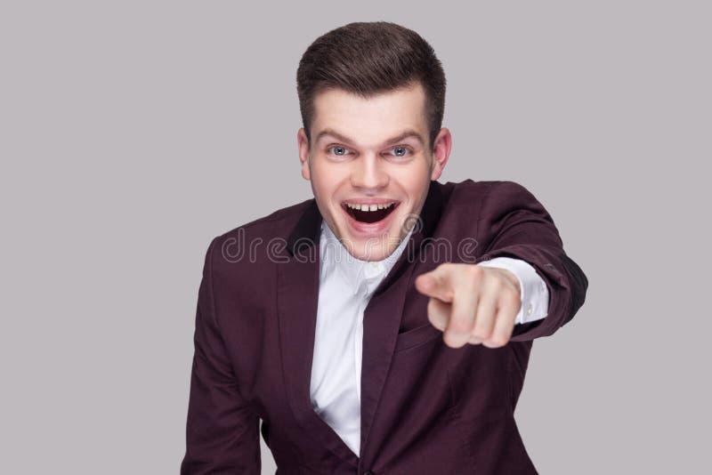 Wow, ist es Sie? Porträt des überraschten hübschen jungen Mannes im Veilchen stockfotografie