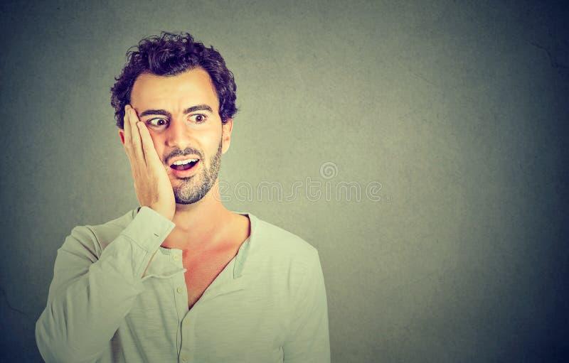 wow Mens die opgewekt houdend zijn mond geopend, geschokt verrast kijken stock foto's