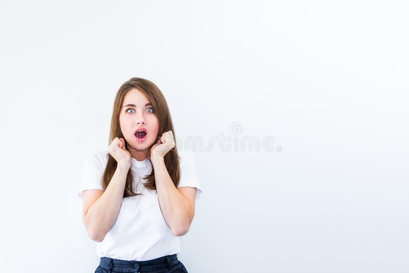 wow Mooi vrouwelijk portret die die camera bekijken op witte backgroud wordt geïsoleerd Jonge emotionele verraste, geschokte vrou royalty-vrije stock fotografie