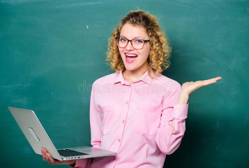 wow Schwarzer Hahn auf einem Wei? Wirtschaftsschule glücklicher Student in den Gläsern mit Computer Lehrerfrau an der Tafel moder lizenzfreie stockfotos