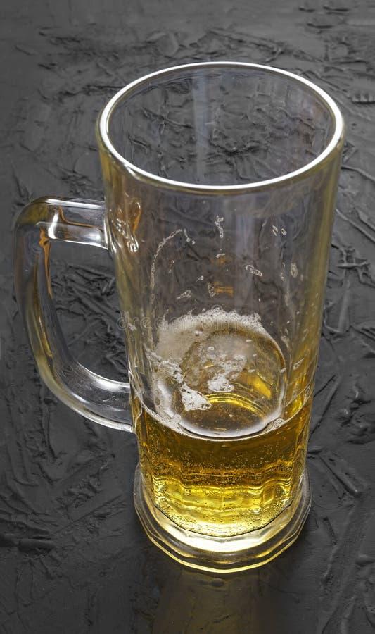 Wpółpijany szkło, piwo, piwo szklany, pełny, kubek, szkło, szkło, słód, chmiel, bar, piana, kolor żółty, gorzki zdjęcie royalty free