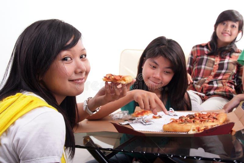 wpólnie łasowanie pizza obrazy stock