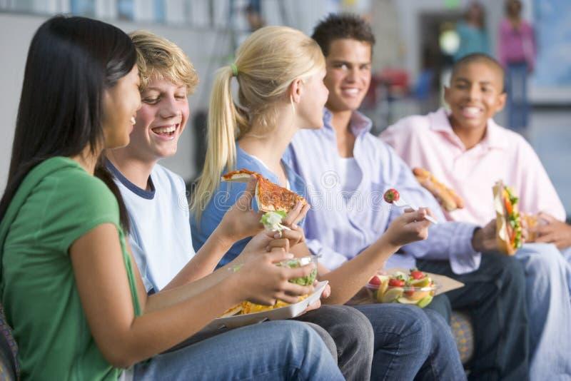 wpólnie lunchów TARGET2244_0_ nastolatkowie obrazy stock