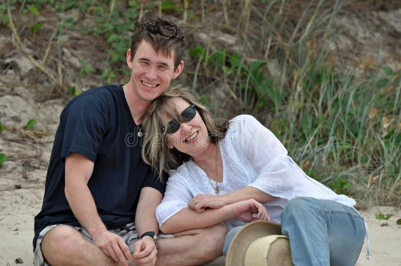 Wpólnie Matka i na plaży jej dorosły syn. obrazy royalty free