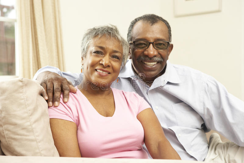 wpólnie para senior domowy relaksujący obrazy royalty free