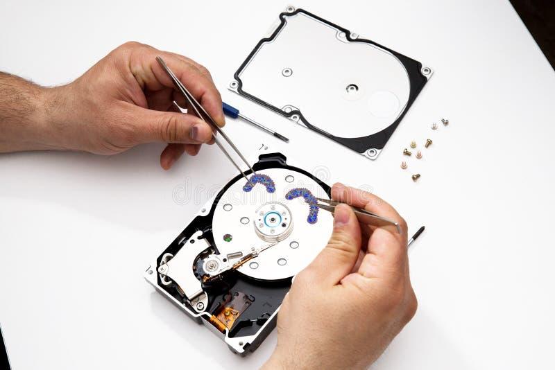 Wpływający dysk twardy HDD, odzyskuje osobistych dane, odzyskuje kasujących kasujących dysków twardych dane obraz stock