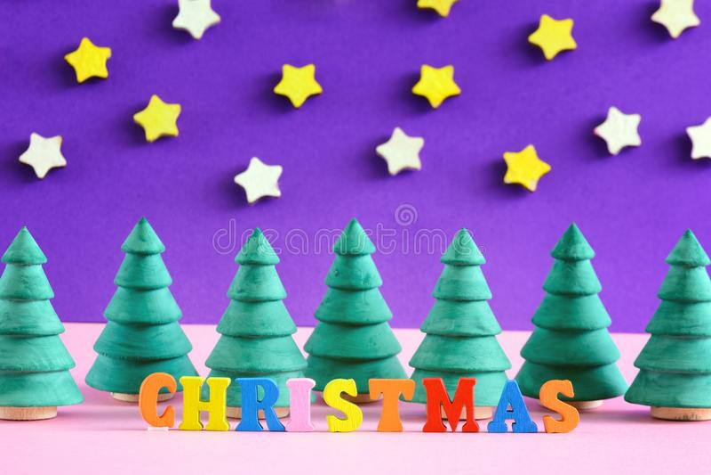 Wpisowi boże narodzenia zrobią w barwiących listach Małe dekoracyjne choinki obrazy royalty free