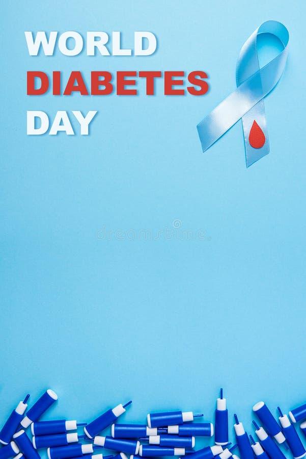 Wpisowy światowy cukrzyca dzień i błękitnego faborku świadomość z czerwoną krwią opuszczamy i linia lancety na błękitnym tle ilustracja wektor
