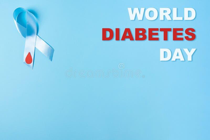 Wpisowy światowy cukrzyca dzień i błękitnego faborku świadomość z czerwoną krwią opuszczamy na błękitnym tle obraz royalty free