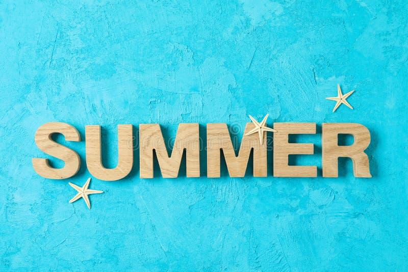 Wpisowy lato z rozgwiazdami na koloru tle, przestrze? dla teksta zdjęcia stock