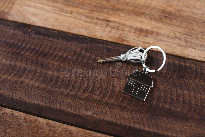 Wpisuje kształt kluczową etykietkę na drewnianym stole i mieści zdjęcia royalty free
