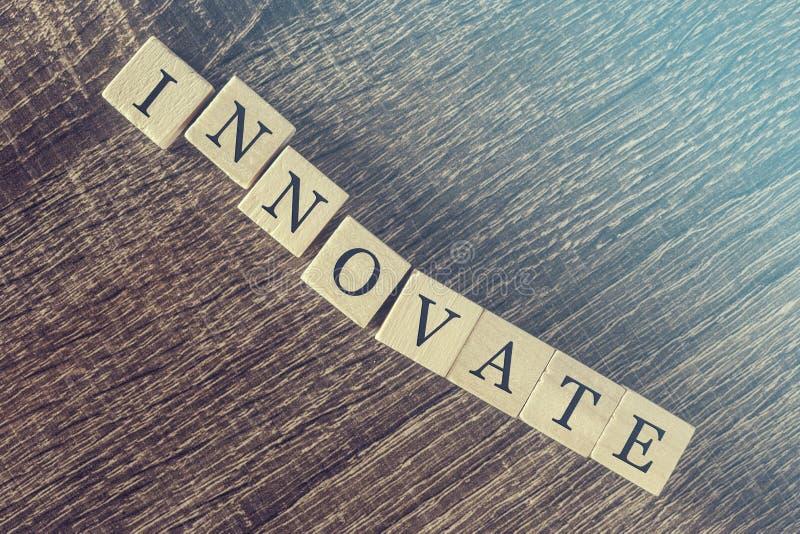 Wprowadza innowacje słowo tworzącego z drewnianymi blokami obraz royalty free