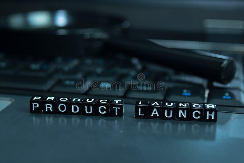 Wprowadzania Produktu Na Rynek teksta drewniani bloki w laptopu tle Biznesu i technologii pojęcie zdjęcie royalty free