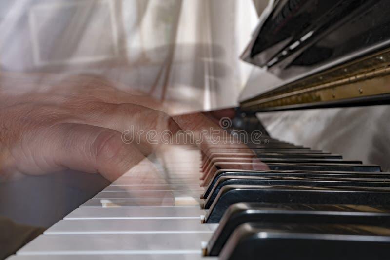 Wręcza bawić się pianino podczas gdy ruszający się obrazy royalty free