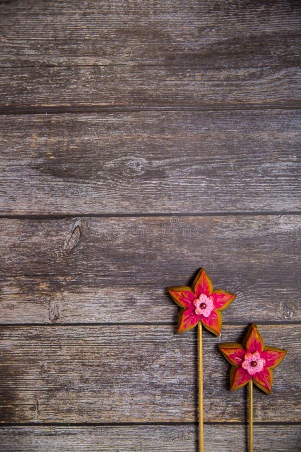 Wręcza malującego piernikowego Czerwonego kwiatu na drewnianym tle Odgórny widok Słodki deser jako prezent dla kobieta dnia na 8  zdjęcia stock