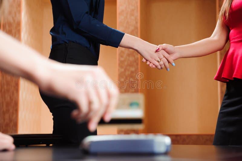 Wręcza swiping kartę debetową na pos śmiertelnie w biurze, ludzie biznesu, trzyma konferencję i dyskutuje strategie zdjęcia stock