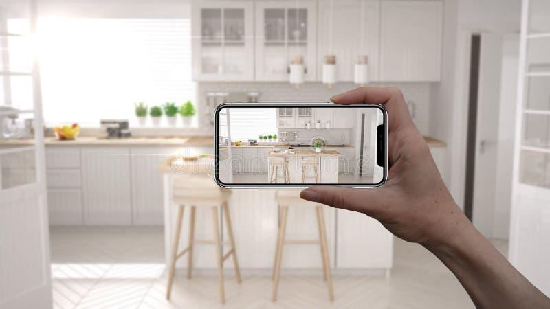 Wręcza trzymać mądrze telefon, symuluje projektów produkty w reala domu, AR zastosowanie, meblarskiego i wewnętrznego, architekta fotografia stock