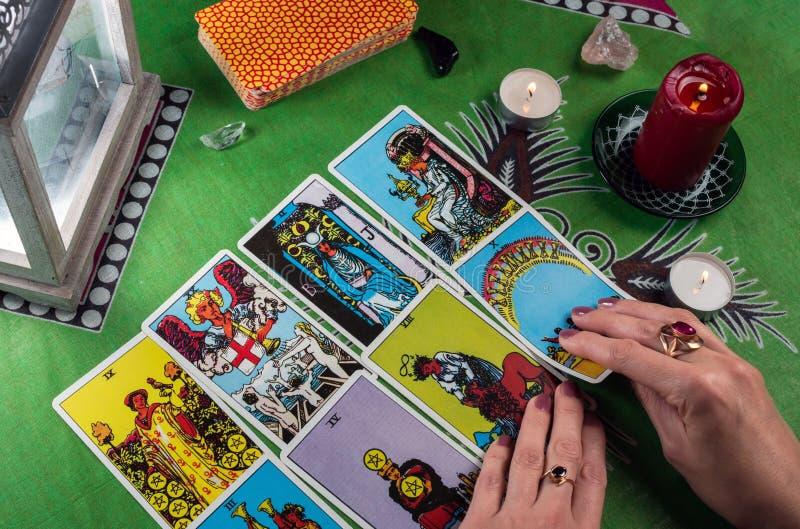 Wróżba tarot kartami Żeńskie ręki obrazy stock