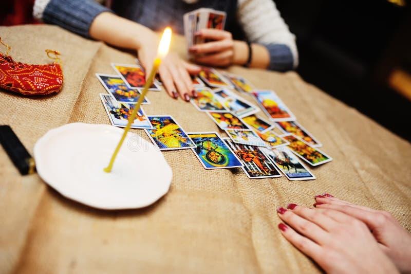 Wróżba Tarot kartami Pomyślność narrator przepowiada f obrazy stock