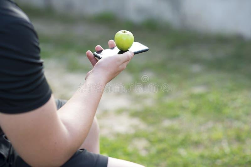 Wręcza chłopiec nastolatka trzyma telefon komórkowego IPhone 6s Pojęcie atrybut konieczność kult wartości młody fotografia royalty free
