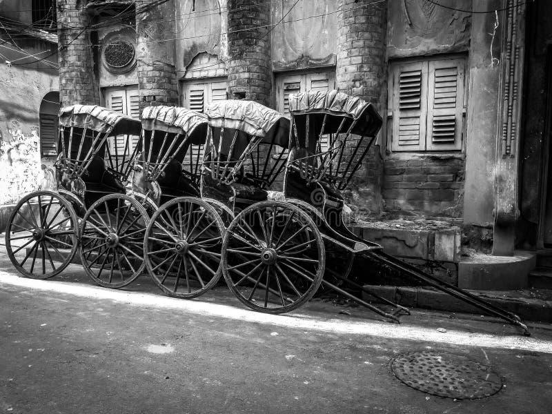 Wręcza ciągnącego riksza na ulicach Kolkata, Calcutta, India zdjęcia royalty free