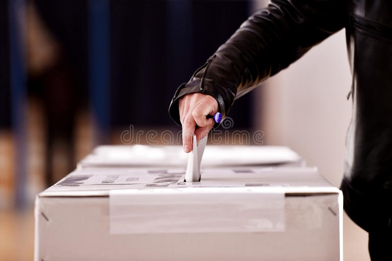 Wręcza ciskać głosowanie w tajnego głosowania pudełko zdjęcia stock