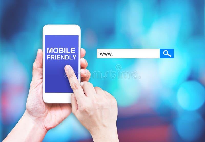 Wręcza dotyka telefon komórkowego z mobilnym życzliwym słowem z rewizja b zdjęcia stock