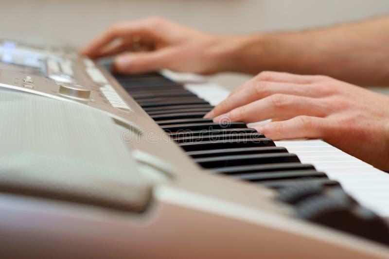 wręcza fortepianowego gracza pianiście zdjęcie stock