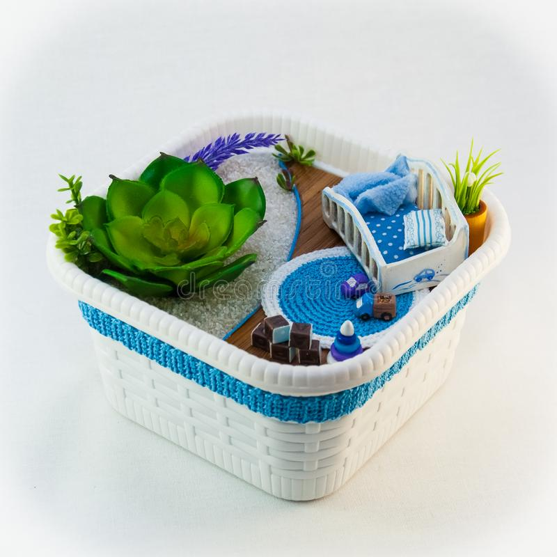 Wręcza gosposi, hobby błękita zabawki pokój z łóżkiem polowym dla dziecka obraz stock