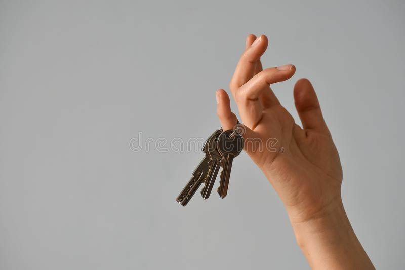 Wręcza kobiety z wiązką klucze na biel ściany tle zdjęcia stock
