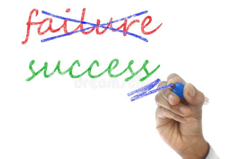 Wręcza krzyżować out niepowodzenia i pisać sukcesie na pokładzie zdjęcia stock