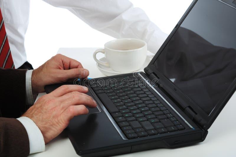 wręcza laptop obraz stock