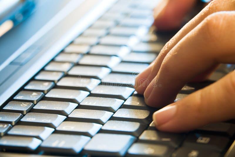 wręcza laptopu pisać na maszynie zdjęcie royalty free