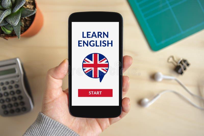 Wręcza mienia smartphone z online uczy się Angielskiego pojęcie na scr zdjęcie royalty free
