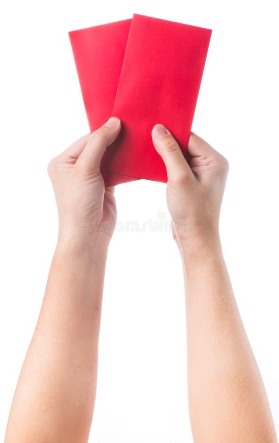 Wręcza mieniu chińską czerwoną kopertę z pieniądze odizolowywającym nad białym tłem obraz stock