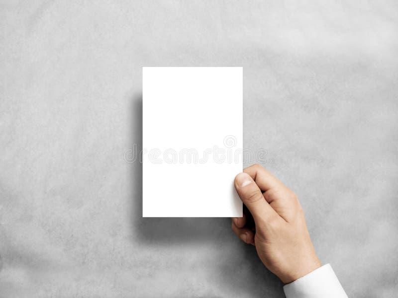 Wręcza mieniu pustego białego pionowo pocztówkowego ulotki mockup zdjęcia stock