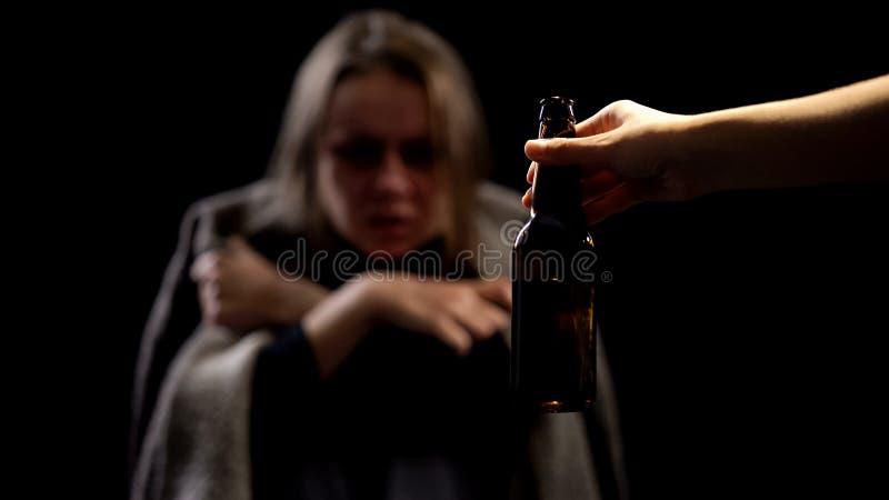 Wręcza oferować piwną butelkę alkoholiczna kobieta, nędzny życie, nałogu pojęcie zdjęcie royalty free