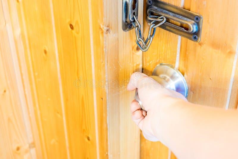 Wręcza otwierać drzwiowej gałeczki drzwi przy drewnianym pokojem obraz stock
