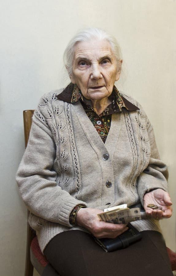 wręcza pieniądze starej kobiety obrazy royalty free