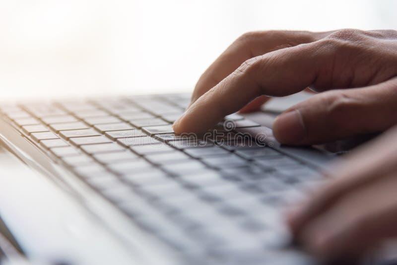 Wręcza pisać na maszynie klawiaturę, interneta online pojęcie, selekcyjna ostrość obraz royalty free