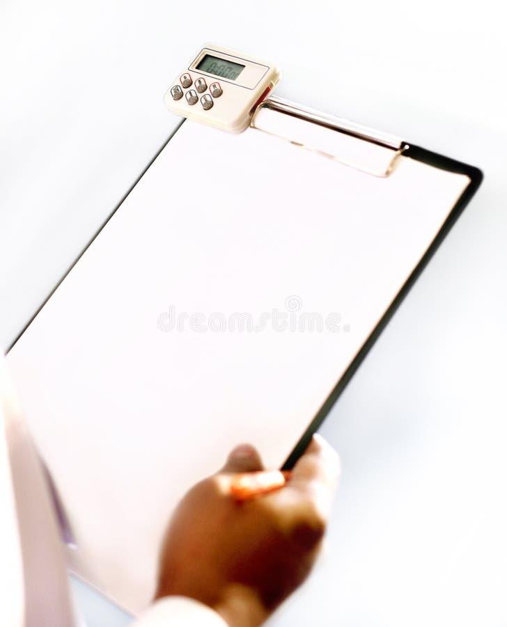 Wręcza pisać na pustym papierze czarny plastikowy schowek obrazy royalty free