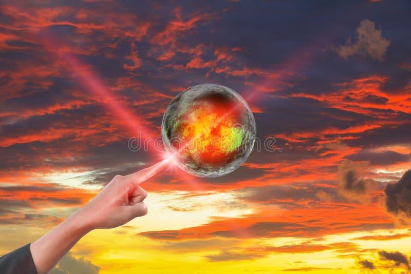 Wręcza punkt na światowy gorącym na niebo czerwonego pomysłu globalnym nagrzaniu na niebo zmierzchu czerwonym tle obraz stock