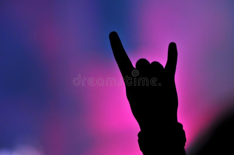 Wręcza robić skała znakowi przy rockowym koncertem obraz stock